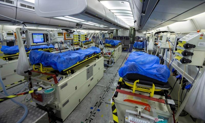 """الجيش الألماني ينقل مصابين بفيروس """"كورونا"""" من إيطاليا وفرنسا لمعالجتهم في ألمانيا- 28 آذار 2020 (رويترز)"""
