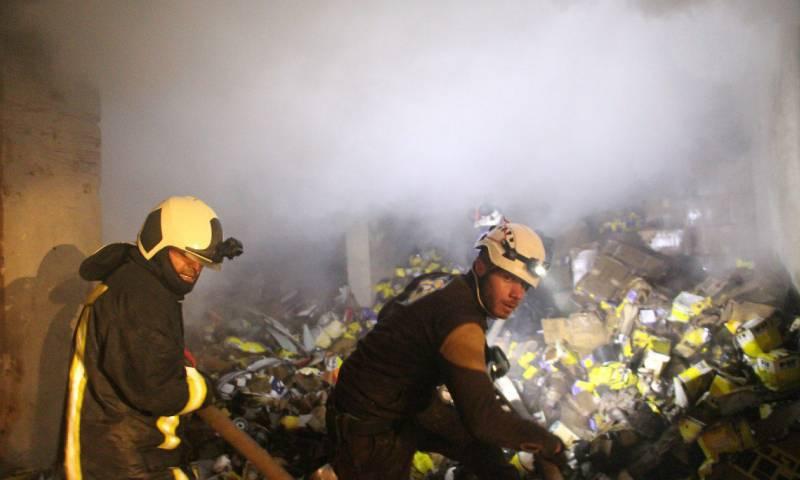 فرق الدفاع المدني تحاول إخماد حريق سببه انفجار سيارة مفخخة في مدينة اعزاز شمالي حلب - 19 آذار 2020 (الدفاع المدني)