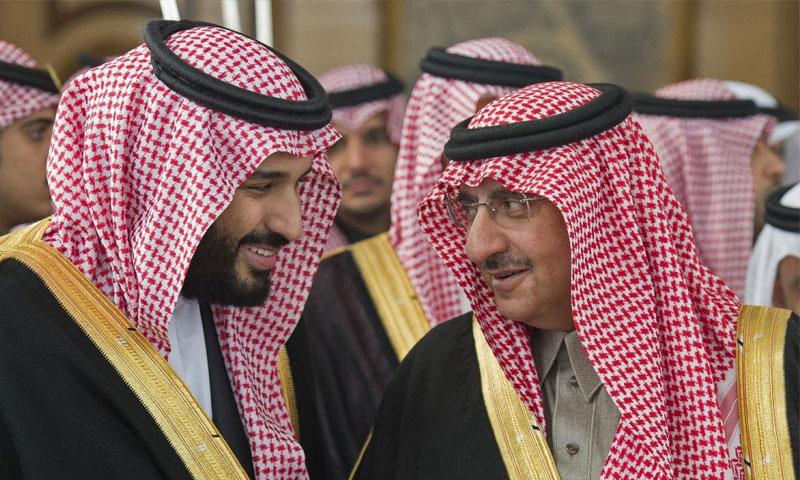 عندما كان محمد بن نايف، هو وفي الصف الأول للعرش حتى عام 2017، الذي شهد عزله وتسلم محمد بن سلمان زمام الأمور-2017 (AFP)