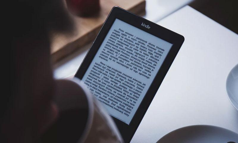 صورة لجهاز القراءة الرقمية كيندل (Eebzy)
