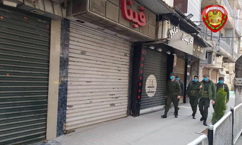 عناصر من الشرطة في وزارة داخلية النظام السوري تنفذ قرارات إغلاق المحالات في دمشق- 24 من آذار 2020 (وزارة الداخلية فيس بوك)