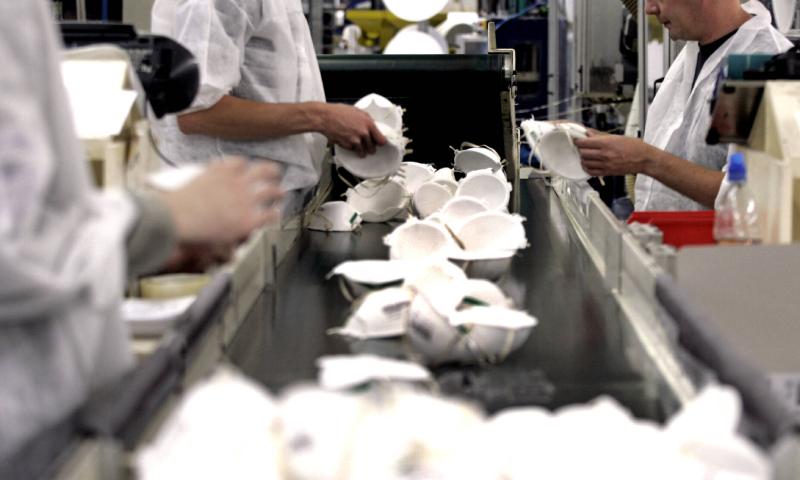 مصنع كمامات في الصين (AFP)