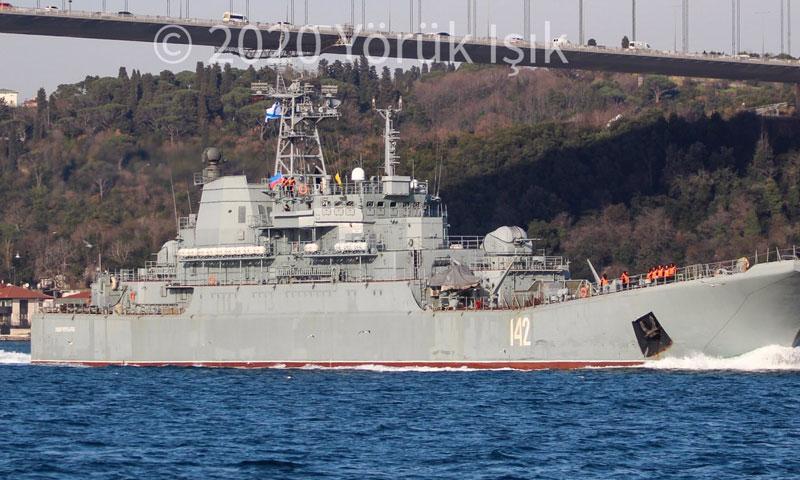 """سفينة حربية روسية تحمل اسم """"نوفوتشيركاسكا"""" تعبر مضيق البوسفور باتجاه السواحل السوري - 2 من شباط 2020 (Yörük Işık/ مراقب البوسفور/ تويتر)"""