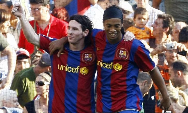 ميسي ورونالدينيو في مباراة لهما ببرشلونة- 7 من تشرين الأول 2007 (AFP)