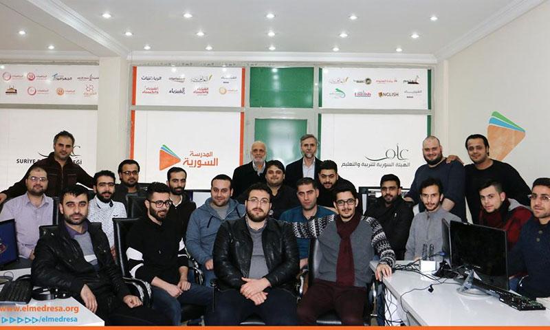 فريق عمل المدرسة السورية الرقمية في عام 2016 (الصفحة الرسمية للمدرسة في فيس بوك)