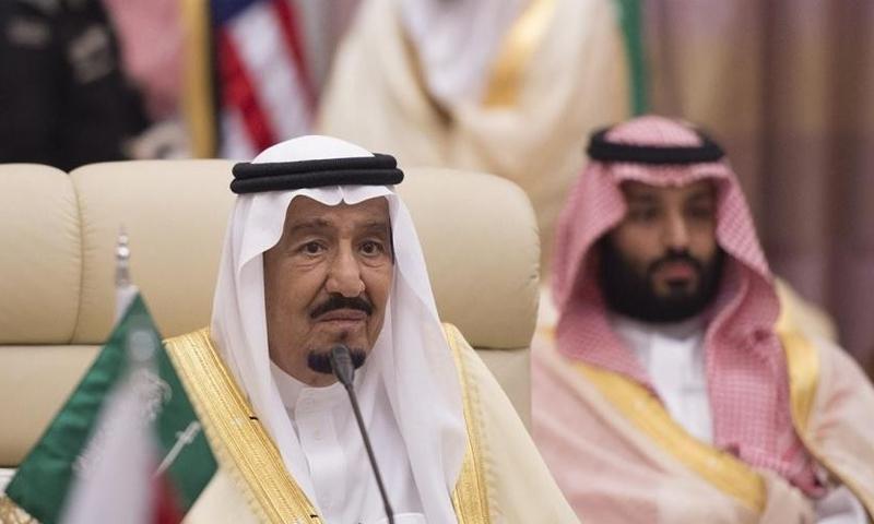 الملك السعودي، سلمان بن عبدالعزيز، وخلفه ولي العهد ابنه محمد بن سلمان. (صفحات محلية)