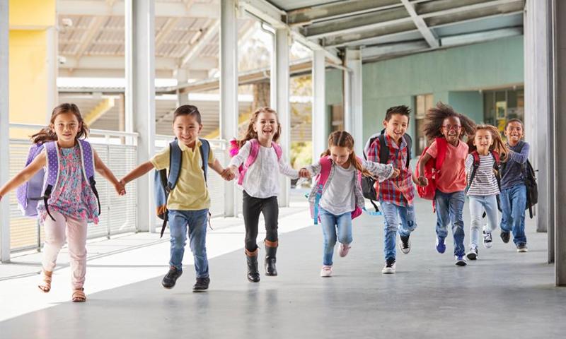 أطفال يركضون في إحدى المدارس-(GETTY IMAGES)
