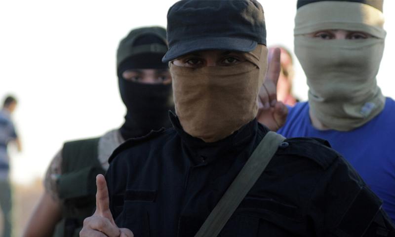 مقاتلون من هيئة تحرير الشام بالقرب من قرية الفوعة في إدلب - 18 تموز 2020 (رويترز)