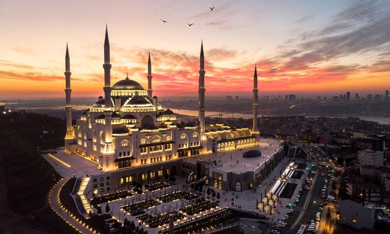 """أكبر مسجد في تركيا """"تشاملجيا"""" مع وقت الغروب- (istockphoto)"""