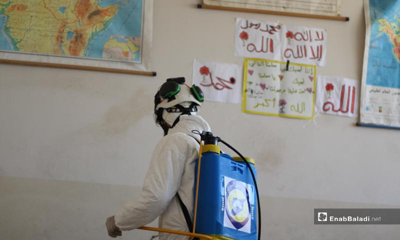 فرق الدفاع المدني السوري خلال حملة تعقيم المنشأت الحيوية في مدينة أخترين شمال حلب للوقاية من فيروس كورونا – 24 آذار 2020 (عنب بلدي)