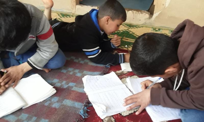 طلاب سوريون يتلقون تعليمهم في خيامهم عن طريق الإنترنت (منظمة مابس)