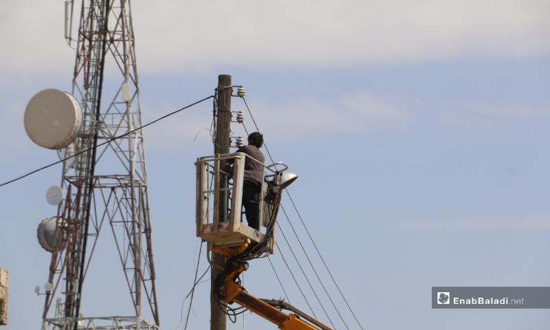 عمليات توصيل الكهرباء إلى بلدة أخترين شمالي حلب بالتعاون بين المجلس المحلي والشركة السورية التركية للطاقة الكهربائية - 24 آذار 2020 (عنب بلدي)