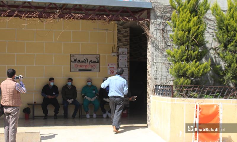 استعداد عناصر قسم الإسعاف في مشفى كفرتخاريم بريف إدلب الشمالي- 27 آذار 2020 (عنب بلدي)