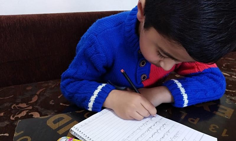 طفل سوري يتلقى تعليمه في خيمته عن طريق الإنترنت (منظمة مابس)