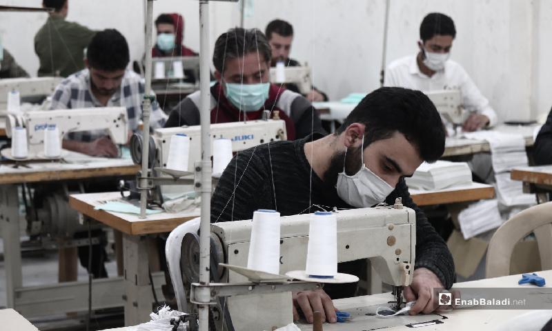 عامل داخل معمل لإنتاج كمامات واقية للوجه في مدينة إدلب – 29 آذار 2020 (عنب بلدي)