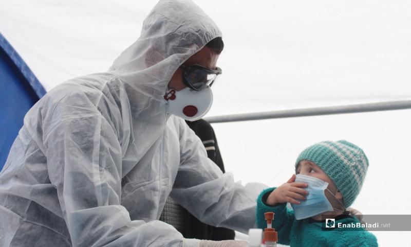 طفل يضع كمامة داخل قسم الاستعداد المجهز حديثًا للوقاية من فيروس كورونا - 27 آذار 2020 (عنب بلدي)