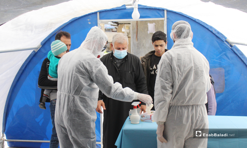 """مرضى يوجه لهم تعليمات للوقاية من فيروس """"كورونا"""" ضمن المشفى، في القسم المستحدث بمشفى كفرتخاريم - 27 آذار 2020 (عنب بلدي)"""