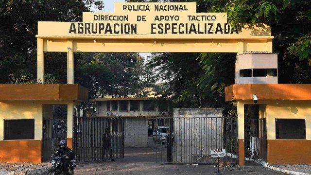 مدخل السجن حيث يتم احتجاز رونالدينيو غاوتشو ومن معه في مدينة أسونسيون بالبارجواي- (AFP)