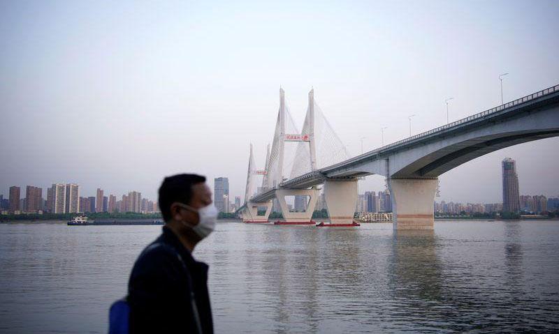 رجل يضع كمامة للوقاية من الإصابة بفيروس كورونا ابمدينة ووهان عاصمة إقليم هوبي الصيني، 15 نيسان 2020 (رويترز)