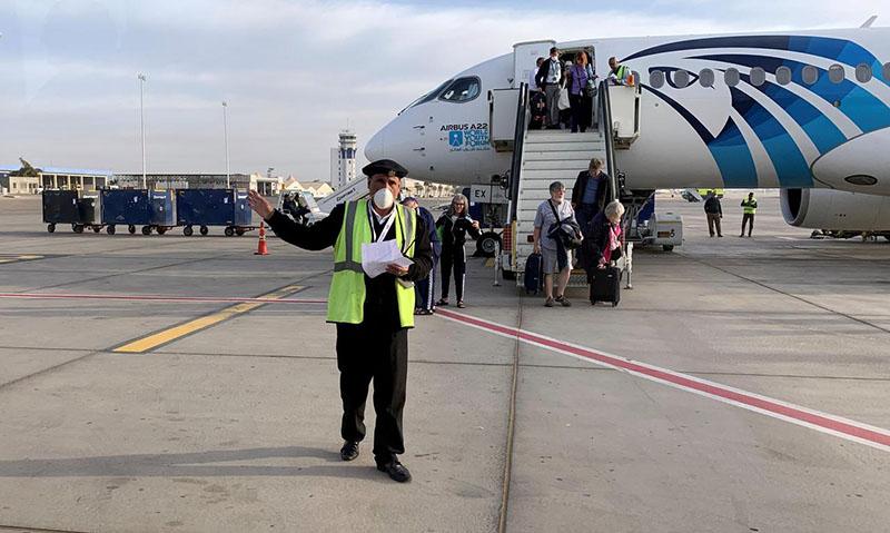 سياح يضعون كمامات واقية في مطار الأقصر الدولي 9 آذار 2020(رويترز)