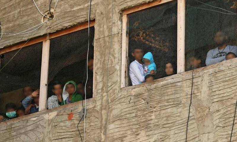 لاجئون سوريون في مبنى قيد الإنشاء يستخدمونه كمأوى في مدينة في جنوب لبنان، في 17 آذار 2020 - (فرانس برس)