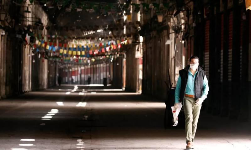 """سوق الحميدية في دمشق شبه خالٍ من المارة، في ظل الإجراءات المتخذة لمنع تفشي فيروس """"كورونا المستجد"""" 24 من آذار 2020 - (رويترز)"""