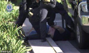 """اعتقل رجل يبلغ من العمر 44 عامًا في جبل لويس في 24 من نسيان 2020 بعد قتال مع """"جبهة فتح الشام"""" بسوريا في 2012 و 2013 - (7NEWS sydney)"""