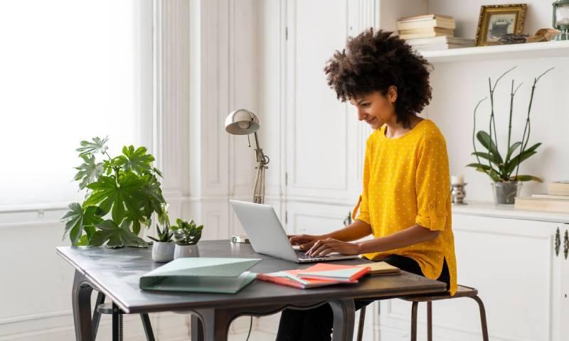 العمل عن بُعد من المنزل - صورة ترميزية (صحيفة بلومبرج)