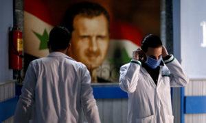عامل صحي يرتدي كمامة داخل أحد مشافي دمشق