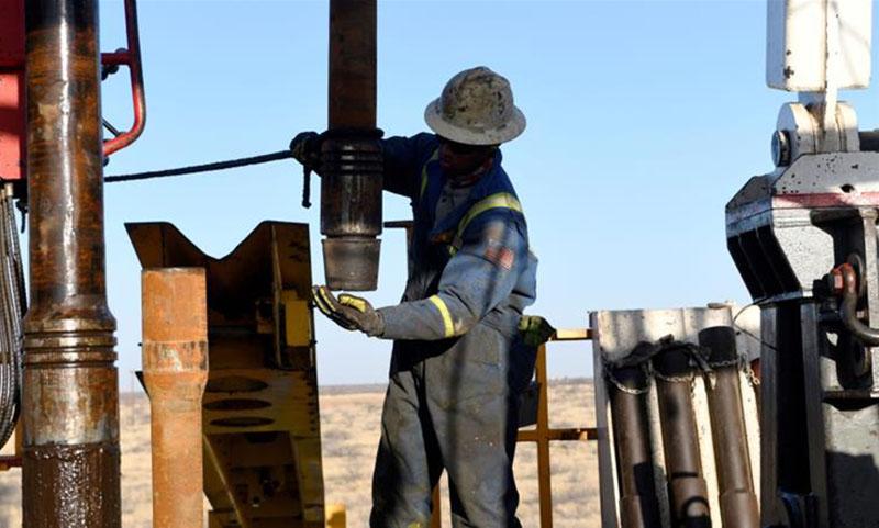 عامل نفط بالقرب من ميدلاند بولاية تكساس في الولايات المتحدة (رويترز)
