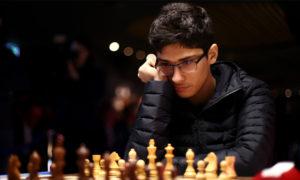 لاعب الشطرنج الإيراني علي رضا فيروزجا المصنف 21 عالميًا في إحدى مبارياته- (CNN)