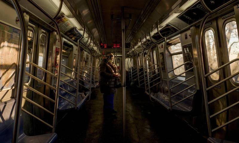 """وسائل المواصلات العامة في الولايات المتحدة شبه فارغة بسبب انتشار """"كورونا المستجد"""" في 9 من نيسان لعام 2020 - (النيوويورك تايمز)"""