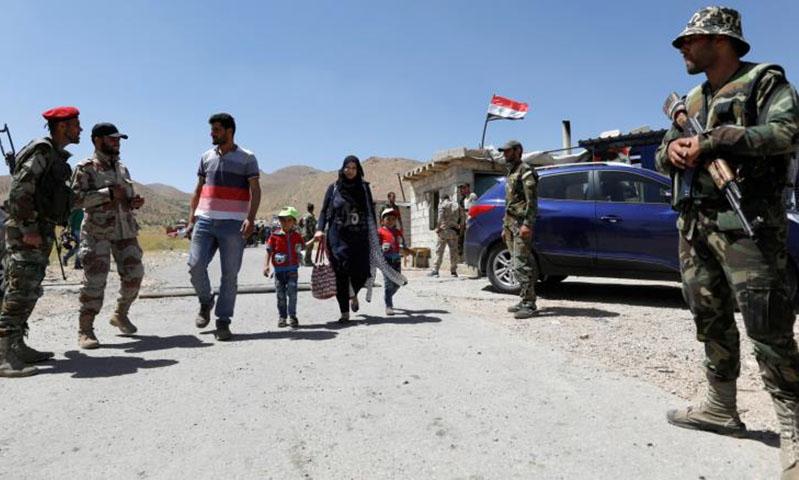 لاجئون سوريون يعودون إلى مناطقهم في القلمون (رويترز)