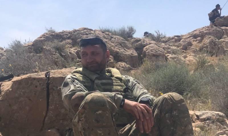 المراسل الحربي الروسي أوليغ بلوخين في صحراء دير الزور - 24 نيسان 2020 (حساب المراسل في تويتر)