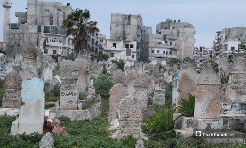 مقبرة في مدينة إدلب وخلفها بنايات سكنية- 15 من نيسان (عنب بلدي)