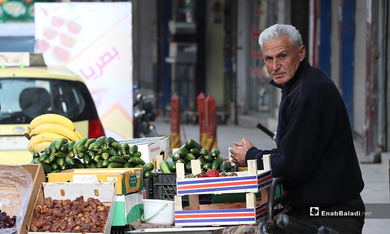 بائع خضروات في مدينة الباب بريف حلب قبل أذان المغرب- 25 من نيسان (عنب بلدي)
