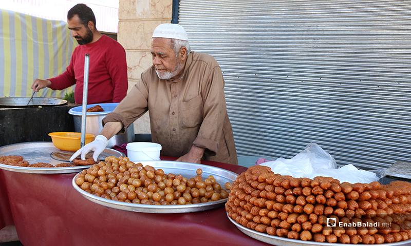 رجل مسن يبيع الحلويات (مشبك، عوامة) في رمضان مدينة اعزاز بريف حلب- 30 من نيسان (عنب بلدي)