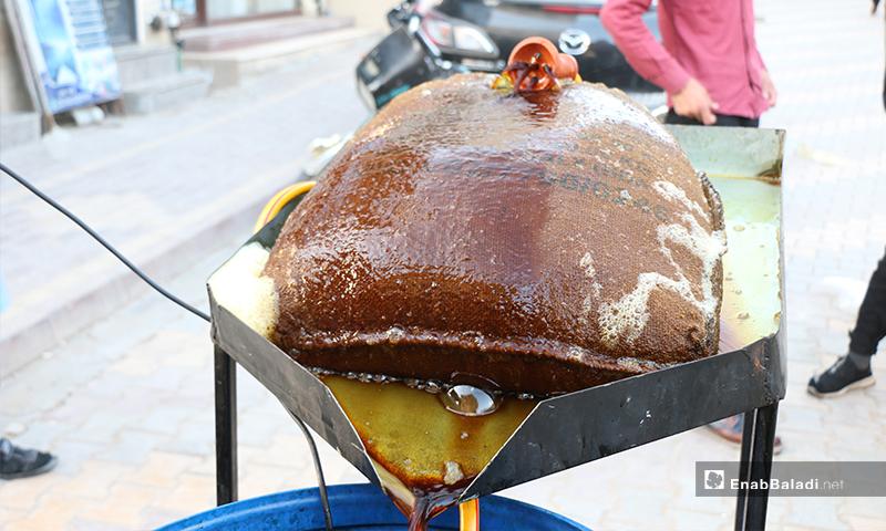 تصفية التمر الهندي بمدينة اعزاز بريف حلب، والذي يشربه السوريون في رمضان عادة- 30 من نيسان (عنب بلدي)