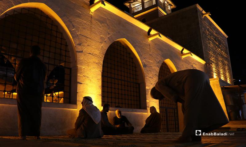 مصلون في المسجد الكبير بمدينة الباب بريف حلب ليلة رمضان- 23 من نيسان (عنب بلدي)