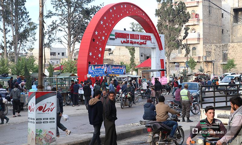 تجول الناس في مدينة الباب بريف حلب لشراء حاجياتهم قبل أذان المغرب- 25 من نيسان (عنب بلدي)