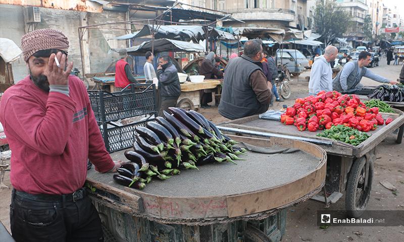 عربة باذنجان وصاحبها في سوق مدينة إدلب- 7 من نيسان (عنب بلدي)