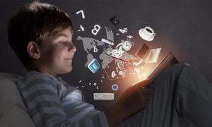 صورة تعبيرية لطفل يستخدم الإنترنت- (fastbridge)