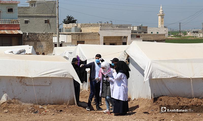 """حملة طلاب كليتي الطب والصيدلة بجامعة """"حلب الحرة""""، لتوعية النازحين من خطر فيروس """"كورونا المستجد"""" (كوفيد-19)، وتعريفهم طرق الوقاية منه- 7 من نيسان (عنب بلدي)"""