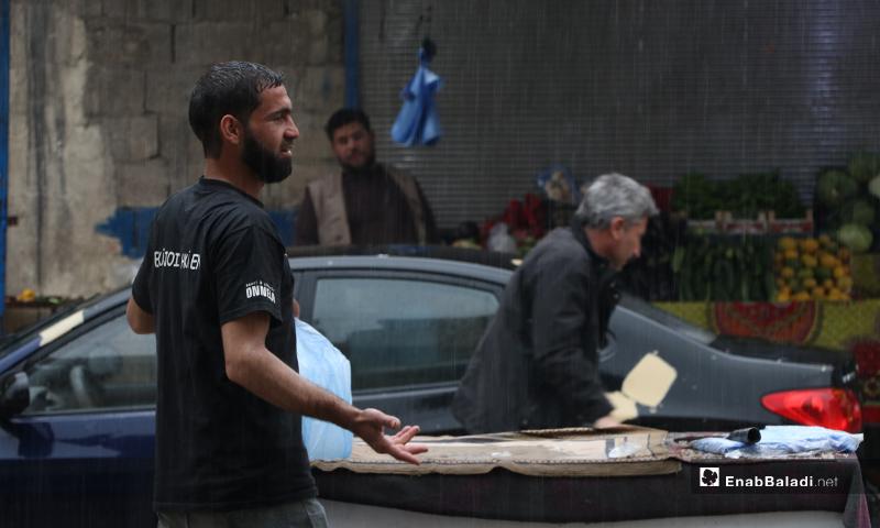 بائعون في مدينة الباب بريف حلب أثناء الأجواء الرمضانية الماطرة-- 24 من نيسان (عنب بلدي)