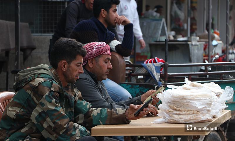 بائع خبز في مدينة الباب بريف حلب قبل أذان المغرب والإفطار- 25 من نيسان (عنب بلدي)