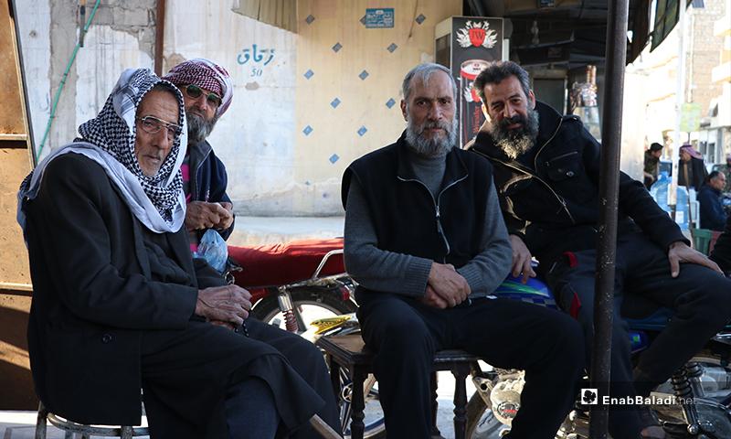 أهالي مدينة الباب بريف حلب ينتظرون أذان المغرب للإفطار- 26 من نيسان (عنب بلدي)