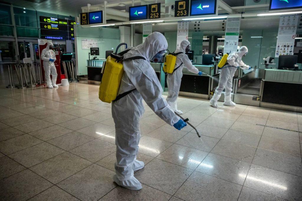 يقوم أعضاء وحدة الطوارئ العسكرية الإسبانية بتطهير منطقة تسجيل الوصول في مطار البرات في برشلونة- 19 من آذار (بلومبيرغ)