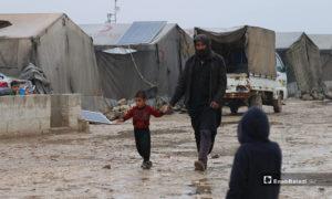 أب وطفله في مخيم حلب لبيه خلال يومهما الأول من رمضان- 24 من نيسان (عنب بلدي)