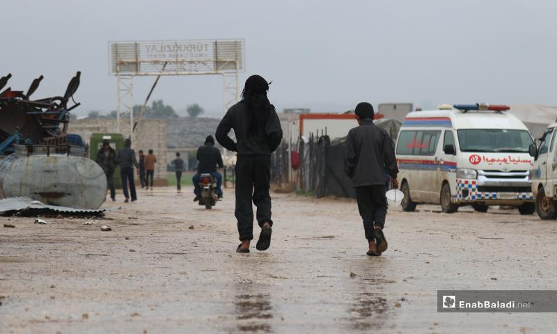 طفلان يسيران في مخيم حلب لبيه خلال اليوم الأول من رمضان- 24 من نيسان (عنب بلدي)
