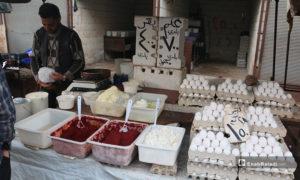 صورة لبائع بيض ودبس بندورة في سوق مدينة إدلب- 7 من نيسان (عنب بلدي)
